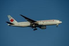 Líneas aéreas Boeing 777 de Air Canada en acercamiento final a Sydney Airport el martes 23 de mayo de 2017 Imagen de archivo libre de regalías