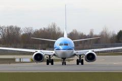 Líneas aéreas Boeing de KLM Royal Dutch 737-800 aviones que corren en la pista Foto de archivo
