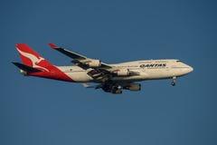 Líneas aéreas Boeing 747 de Qantas en acercamiento final a Sydney Airport el martes 23 de mayo de 2017 Imagen de archivo libre de regalías