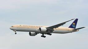 Líneas aéreas Boeing 777 del saudí que aterriza en el aeropuerto de Changi Imágenes de archivo libres de regalías