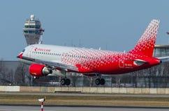 Líneas aéreas de Airbus a319 Rossiya, aeropuerto Pulkovo, Rusia St Petersburg mayo de 2017 Fotografía de archivo libre de regalías