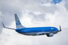 Líneas aéreas de KLM Royal Dutch, Boeing 737 - 800 sacan imagenes de archivo