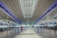 Líneas aéreas de los contadores de enregistramiento del aeropuerto Foto de archivo libre de regalías