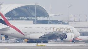 Líneas aéreas A380 de los emiratos que llevan en taxi en la pista nevosa, opinión del primer almacen de metraje de vídeo