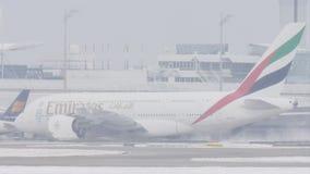 Líneas aéreas A380 de los emiratos que llevan en taxi en pista nevosa metrajes