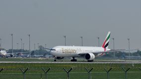 Líneas aéreas de los emiratos que sacan del aeropuerto de Munich, MUC almacen de metraje de vídeo