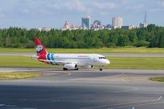Líneas aéreas del Superjet 100 RA-89087 Yamal de Sukhoi en la pista de rodaje del aeropuerto de Pulkovo Imagen de archivo