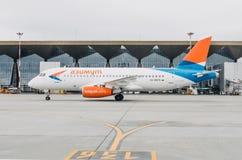 Líneas aéreas del superjet 100 ssj-100 Azimut de Sukhoi, aeropuerto Pulkovo, Rusia St Petersburg 10 de octubre de 2017 Foto de archivo libre de regalías