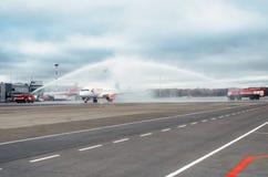 Líneas aéreas del superjet 100 ssj-100 Azimut de Sukhoi, aeropuerto Pulkovo, Rusia St Petersburg 10 de octubre de 2017 Fotos de archivo libres de regalías