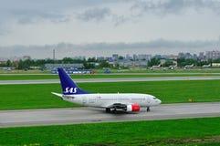 Líneas aéreas escandinavas Boeing del SAS 737-683 aviones en el aeropuerto internacional de Pulkovo en St Petersburg, Rusia Fotos de archivo libres de regalías
