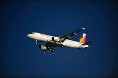 Líneas aéreas filipinas A320-214 en final Imágenes de archivo libres de regalías