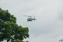 Líneas aéreas helicóptero G-RIDB de National Grid Imagenes de archivo