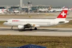 Líneas aéreas internacionales suizas Airbus A320-214 de HB-IJM Imagen de archivo
