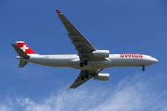 Líneas aéreas internacionales suizas Airbus A330 que desciende para aterrizar en el aeropuerto internacional de JFK en Nueva York Foto de archivo libre de regalías