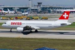 Líneas aéreas suizas Airbus A320-214 de las líneas aéreas de HB-IJE internacional Fotografía de archivo libre de regalías