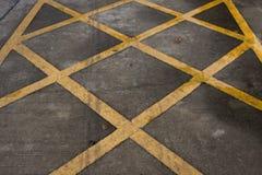 Líneas amarillas cruzadas Fotografía de archivo libre de regalías
