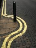 Líneas amarillas dobles contoneantes Imagen de archivo