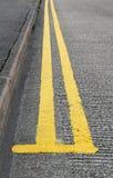 Líneas amarillas dobles el parquear Foto de archivo libre de regalías