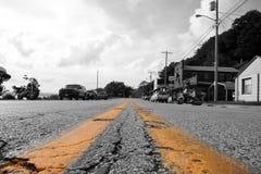Líneas amarillas dobles en un camino Fotos de archivo