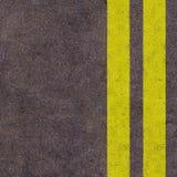 Líneas amarillas en la carretera de asfalto Foto de archivo