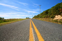 Líneas amarillas en un camino recto Fotografía de archivo