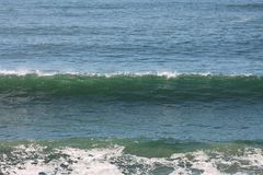 Líneas azules espuma de las ondas verdes que espumejea fotos de archivo