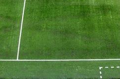 Líneas blancas en el campo de fútbol. Imagenes de archivo