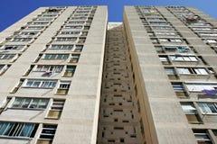 Líneas convergentes abstractas de un alto bloque de apartamentos alto de la subida fotografía de archivo