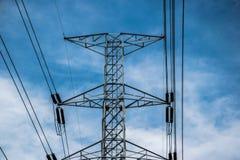 Líneas de alto voltaje polo eléctrico Imagen de archivo libre de regalías