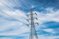 Líneas de alto voltaje polo eléctrico fotografía de archivo