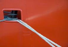 Líneas de amarradura en el recipiente rojo Imagen de archivo libre de regalías