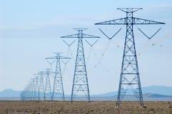 Líneas de electricidad en desierto Foto de archivo