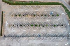 Líneas de la parcela vacante en aparcamiento con la señal de tráfico de las flechas fotografía de archivo libre de regalías