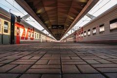 Líneas de la perspectiva de acero y piedras de un ferrocarril en Moscú Imagen de archivo libre de regalías