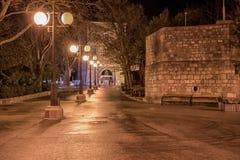 Líneas de luces del oldcity de la ciudad viejo islandkrk del krkcity de Croacia de la noche de la calle Fotografía de archivo libre de regalías