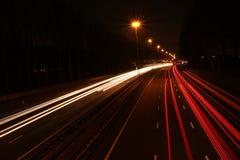 Líneas de luces en la noche en la carretera A20 en la guarida aan IJssel, los Países Bajos de Nieuwerkerk Fotografía de archivo libre de regalías