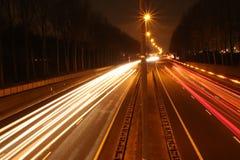 Líneas de luz a lo largo de la carretera A20 en la noche Imagen de archivo libre de regalías