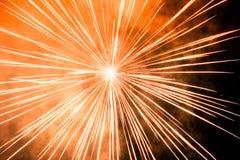 Líneas de luz que suben desde el medio de los fuegos artificiales Foto de archivo libre de regalías