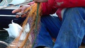 Líneas de Repairs Fishnet Fishing del pescador metrajes