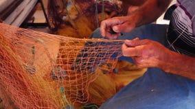 Líneas de Repairs Fishnet Fishing del pescador almacen de video