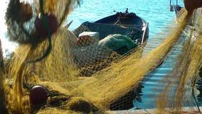Líneas de Repairs Fishnet Fishing del pescador almacen de metraje de vídeo