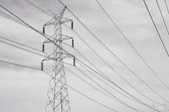 Líneas de transmisión de la energía eléctrica imagenes de archivo