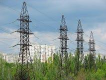 Líneas de transmisión de la energía eléctrica y cielo nublado Imagen de archivo libre de regalías