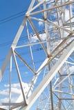 Líneas de transmisión de poder de la visión inferior contra el cielo azul Fotografía de archivo libre de regalías