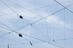 Líneas eléctricas con los aisladores del disco del vidrio verde Imágenes de archivo libres de regalías