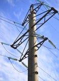 Líneas eléctricas contra el cielo Imagen de archivo libre de regalías