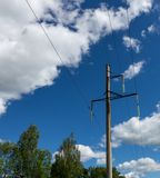 Líneas eléctricas contra el cielo azul Foto de archivo