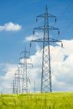 Líneas eléctricas de alto voltaje contra un cielo azul Foto de archivo libre de regalías