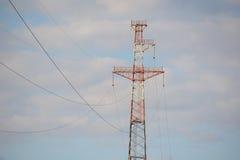 Líneas eléctricas de alto voltaje de la ayuda Imagen de archivo libre de regalías