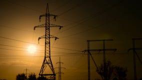 Líneas eléctricas de alto voltaje en la puesta del sol almacen de video